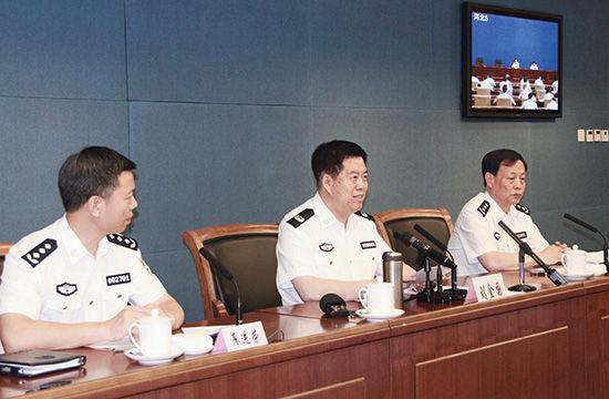 2014 年 7 月 22 日,公安部召开电视电话会议,部署集中开展缉捕在逃境外经济犯罪嫌疑人专项行动。公安部党委副书记、副部长刘金国(中)到会讲话。