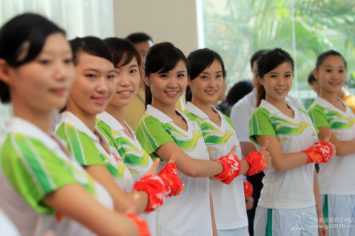 图:广州亚运会颁奖礼仪专业志愿者做加油手势