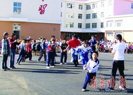 小学生跳绳比赛图片