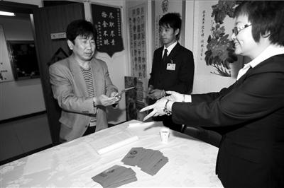 <b>朗琴园物业向小区业主发放现金红包。本报记者任峰涛摄</b>