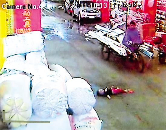 两车先后碾过两岁女童十多冷血路人见死不救