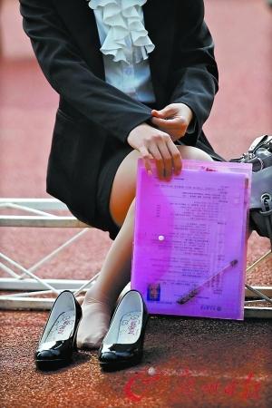 有的女生禁不住高跟鞋的折磨