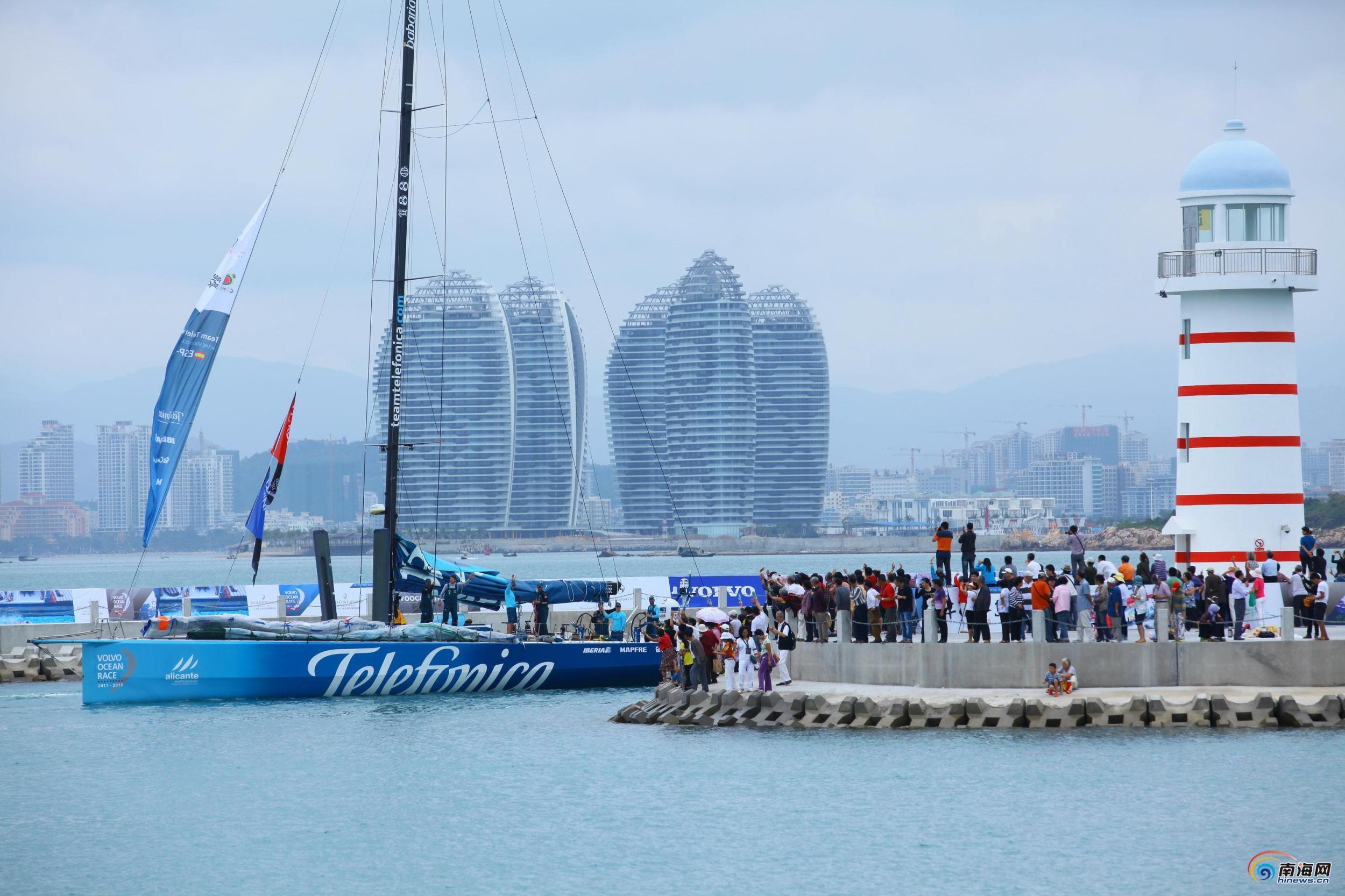 """2012年2月4日,海南三亚半山半岛帆船港,随着西班牙电信号率先抵达三亚港,这标志着2011—2012沃尔沃环球帆船赛三亚站赛事活动正式拉 开序幕。当天,近万名观众共同目睹了各位勇士的到来。参加此次比赛的队伍包括安盟队、阿布扎比队、彪马队、看步 · 新西兰酋长队、西 班牙电信队和三亚队,其中的五支船只于4日陆续抵达三亚,预计三亚队也将于明天早上抵达。   据了解,作为世界顶级航海赛事,沃尔沃环球帆船赛被誉为""""航海界的珠穆朗玛峰"""",而业内人士更愿意称之为"""