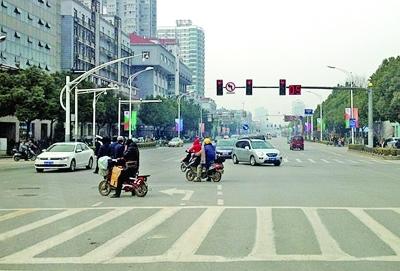 """信号灯设置""""非常规"""" 南京4类路口最易""""闯红灯"""""""