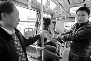 阅读更多关于《公交司机停车抓扒手 片面旅客小看称担搁上班》