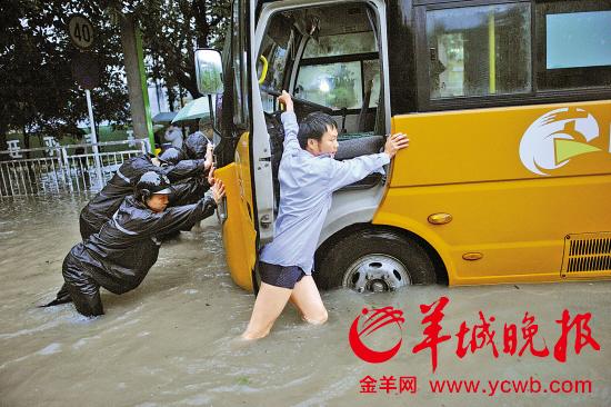 深圳遭遇6年来最强暴雨袭击小车成片死火