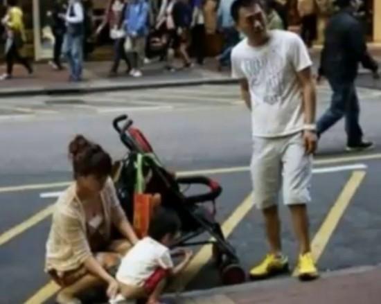 大陆夫妻带孩子香港当街小便引热议 闾丘露薇:在香港,再有道理动手一定违法