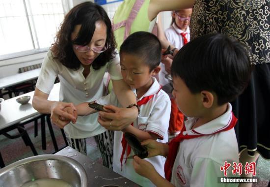 白皮书:中国近千万留守儿童一年到头见不到爸妈