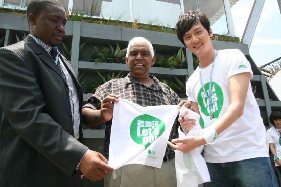 2011绿色出行低碳先锋大使冯绍峰亲自送绿手帕传递低碳理念