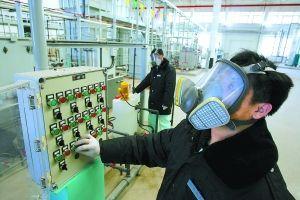 在�U�f�U酸�池酸液�理�O��洳倏嘏_前,北京』生�B�u公司技�g人�T戴著空�膺^�V面罩��O控�O�溥\行。�佳/CFP