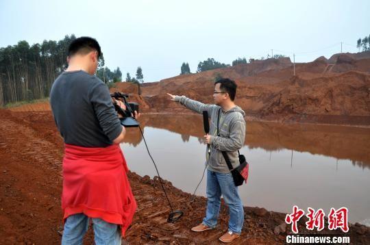 图为记者阳洋与同事早前在报道贺州市平桂民田尾矿库泄漏事故。 阳洋亲属供图 摄