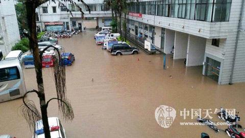 强降雨致使钦州市某小区内涝严重。(图/邓豪拍)