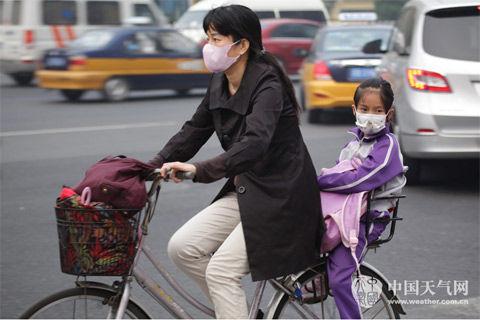 雾霾天公众外出需戴口罩。(摄/关禺)