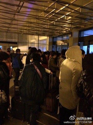 昨天早晨,哈尔滨天气寒冷,机场门外等候的人们穿着棉衣。(图片来源:新浪微博)