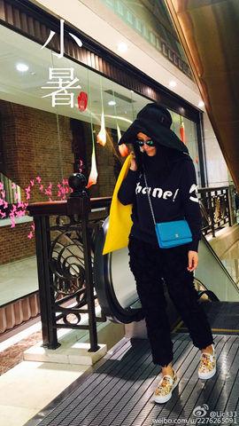 昨天上海天气冷,市民穿长袖长裤出门。