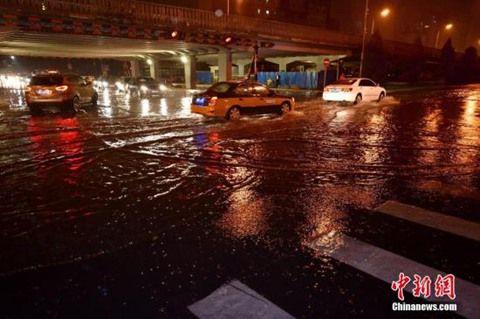 7月27日晚,北京城区出现短时强降水。(图片来自新华网)