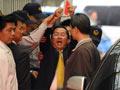 陈水扁戴着手铐被押往台北法院