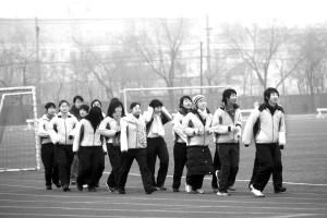 冬天穿校长着凉,家长跑操校服担心,孩子为了锻学校邱隘v校长小学图片
