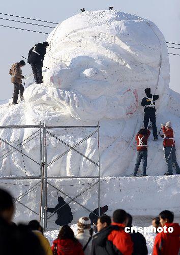 """乌鲁木齐巨型""""阿凡提""""雪雕完工在即"""