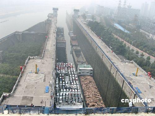 图:葛洲坝首次因雾停航两夜