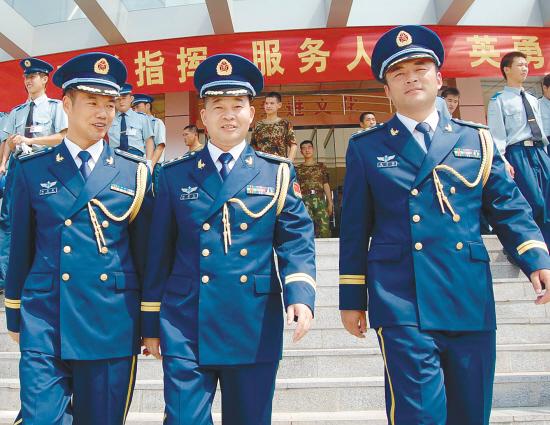 各驻地士兵换07式军装图片