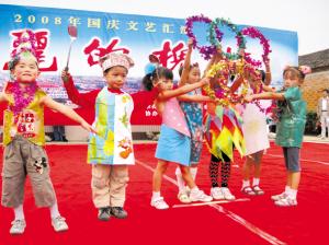小学生表演环保时装秀图片