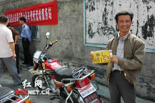 民警便为25台合格的摩托车安装上了牌照