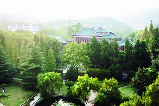 从岳麓山风景名胜区麓山景区管理处昨日展示的一张百年老照片看,约