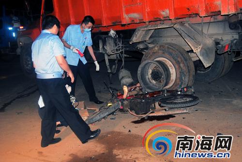 海口灵桂路发生车祸+摩托车司机命丧车轮