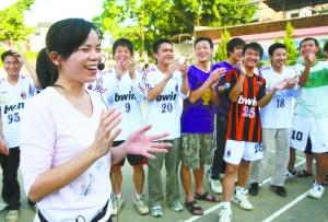 的老师在为学生减压.龙涛/CFP 本版采写/本报记者 郑晓钰-期待社会