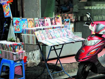 成人色情书屋_一些小店卖起了低俗,色情书籍和音像制品,成人用品店开在中小学生上下