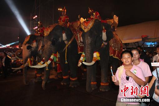 曼谷五世皇广场举行活动庆祝诗丽吉皇后78岁寿辰