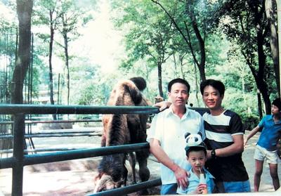 """""""长沙市民戴蔚文昨日将自己珍藏多年的两张老动物园照片交给了记者,他"""