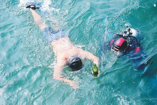 环保志愿者海底清垃圾