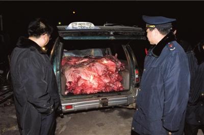 黑窝点低价买死猪批发上市记者暗访获证据报警