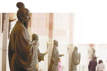 泉城广场的文化长廊内摆放着数位济南历史文化名人雕塑.