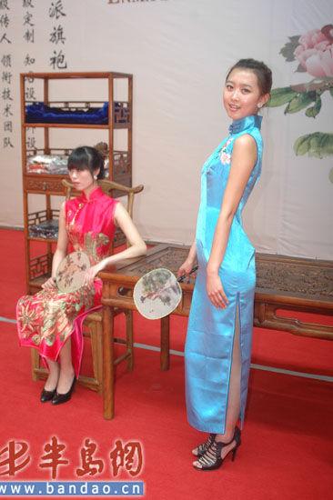 现场的旗袍模特走秀也让市民享受了一场旗袍文化盛宴