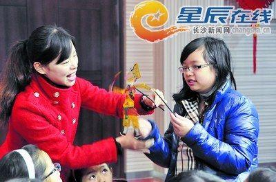 """老师们以""""中国传统游戏""""为主题,和外国小朋友一起玩皮影,写字,做剪纸."""