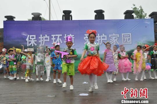 """河北秦皇岛千余名环保小卫士乐享""""绿色儿童节"""""""