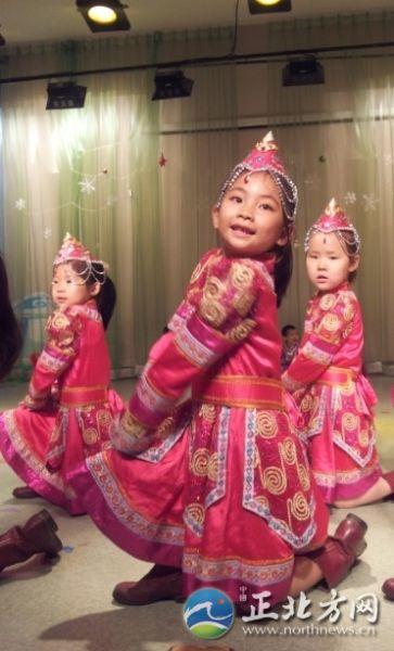 蒙古族小朋友表演舞蹈