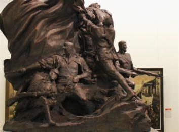 大型雕塑《前赴后继》在中国美术馆中央正厅亮