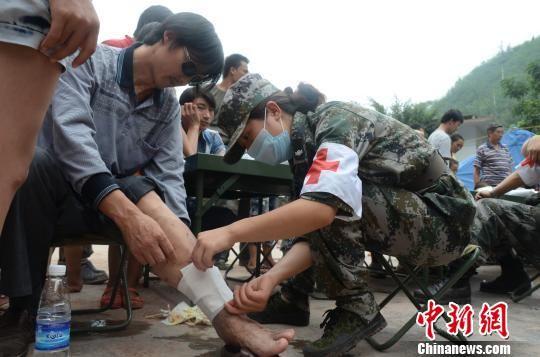 """云南省军区抗击彝良""""9・7""""地震纪实"""