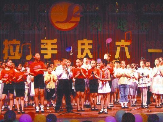 纵观青岛学校十年来的六一活动变化,合唱比赛 ,歌咏朗诵,文艺演出等