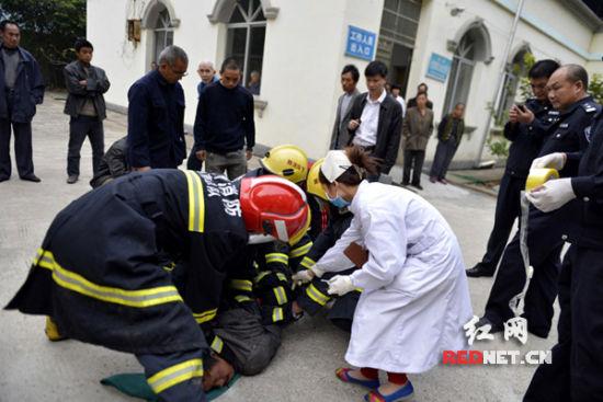 狂犬病患者发作大闹医院 公安消防奋力将其制