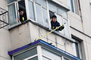 六楼阳台墙皮脱落幸亏没砸到人