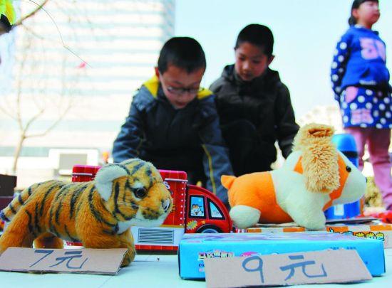 孩子们有了自己的玩具跳蚤市场图片