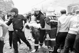 海南学生春游遇车祸8小学生当场死亡