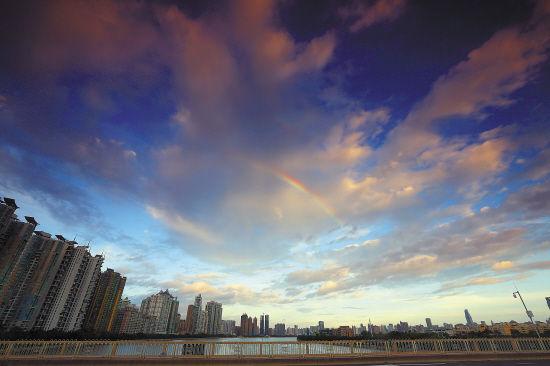 天空出现那一道彩虹_台风即将来临,一道彩虹今早突然出现在广州的天空\