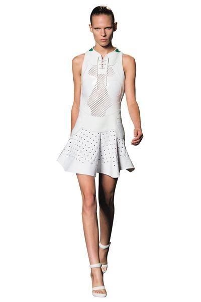 wang秀场上白色的棒球裙洋溢着青春气息,网眼设计,领口的鞋带细节等更
