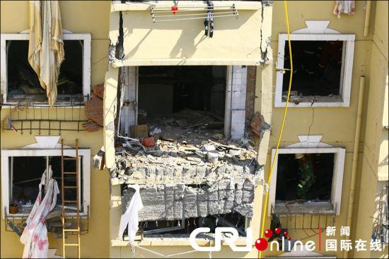 大连一栋住宅楼发生液化气爆炸致2人死12伤(组图)